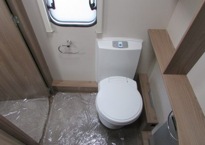 SWIFT-CHALLENGER-570-2016-WASHROOM3